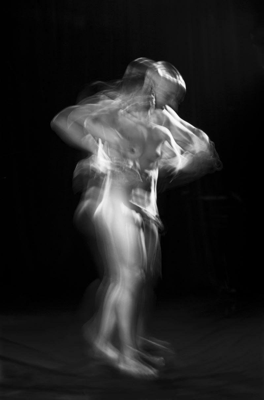 photographie grand format de couple nu en mouvement en noir et blanc du photographe ALAIN SCHWARZSTEIN