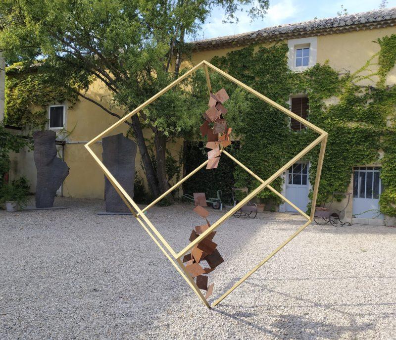 Grande sculpture contemporaine en acier et résine dorée pour jardin extérieur de Sébastien Zanello