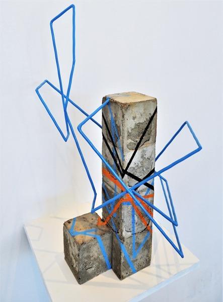 sculpture cubique Beton Tag ligne bleus