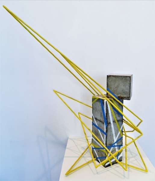 Sculpture beton ligne jaune cubique bleu