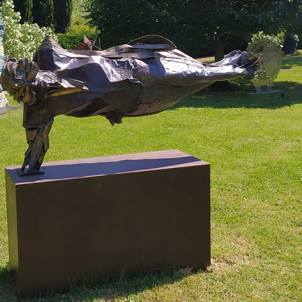 illusory balance is a bronze sculpture for the garden by julien allegre available in the online shop of galerie 22.