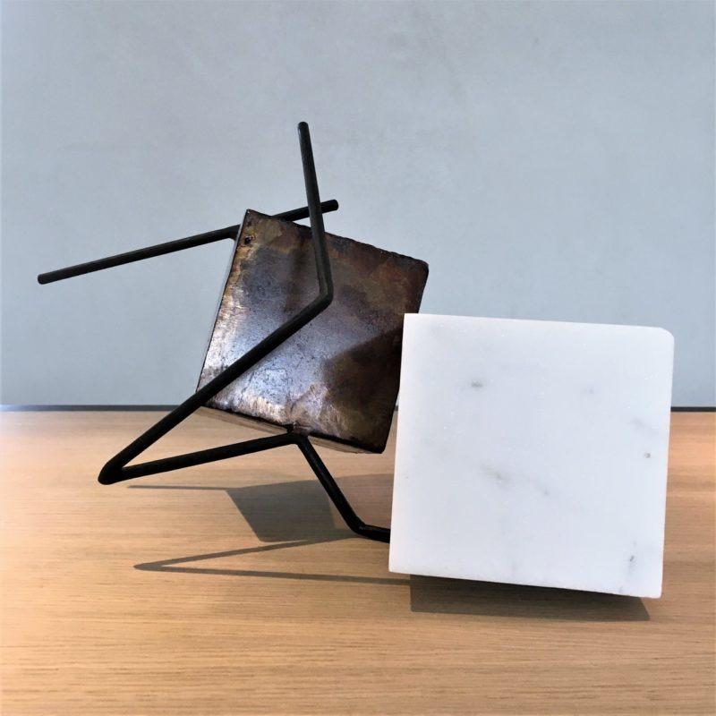 sculpture en metal et marbre de carrare de sebastien zanello artiste sculpteur de la galerie 22, en vente dans la galerie en ligne