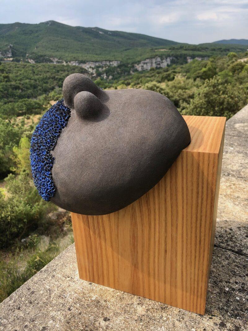 sculpture contemporaine en ceramique bleue sur support en chêne de christiane filliatreau en grès