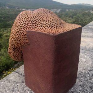 sculpture contemporaine en ceramique rouge de christiane filliatreau en grès